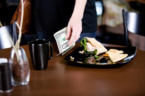 Restaurante-sin-propinas-empleados-felices-600x400