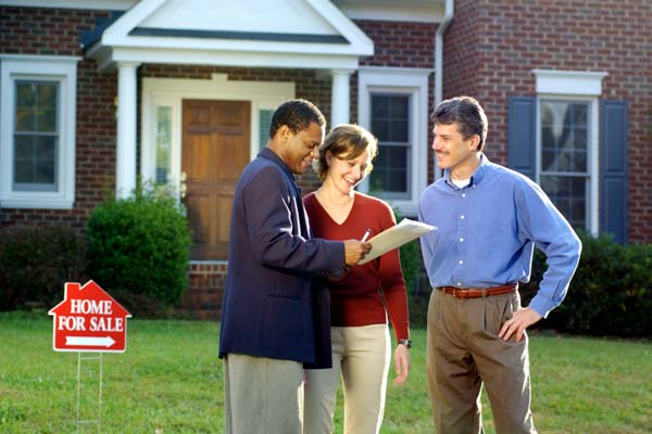 Nhân viên bất động sản có thể giúp bạn tìm mua một căn nhà.